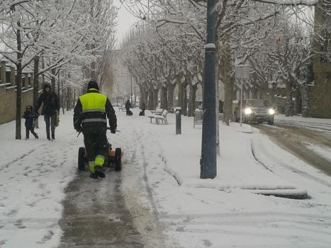 Operari municipal obrint traça al camí Ral.